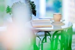 Βιβλία φλιτζανιών του καφέ και αρχείων στον πίνακα Στοκ Εικόνες