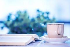 Βιβλία φλιτζανιών του καφέ και αρχείων στον πίνακα Στοκ φωτογραφία με δικαίωμα ελεύθερης χρήσης