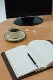 Βιβλίο, ακουστικό, καφές και υπολογιστής στον ξύλινο πίνακα Στοκ Φωτογραφίες