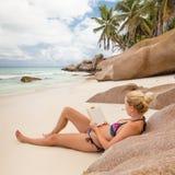 Βιβλίο ανάγνωσης γυναικών στην τέλεια παραλία Anse Patates εικόνων στο νησί Λα Digue, Σεϋχέλλες Στοκ Φωτογραφίες