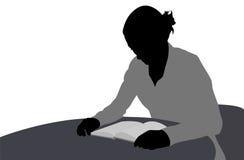 Βιβλίο ανάγνωσης γυναικών Στοκ εικόνα με δικαίωμα ελεύθερης χρήσης