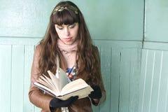 Βιβλίο ανάγνωσης κοριτσιών στο πάρκο υπαίθρια Στοκ Φωτογραφία