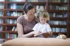 Βιβλίο ανάγνωσης μητέρων και γιων στοκ εικόνες