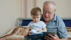 Βιβλίο ανάγνωσης παππούδων με τον εγγονό φιλμ μικρού μήκους