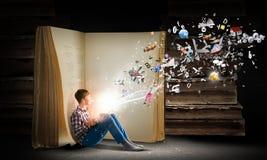Βιβλίο ανάγνωσης τύπων στοκ φωτογραφίες