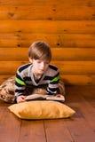 Βιβλίο ανάγνωσης Teenboy Στοκ Εικόνα