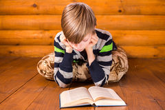 Βιβλίο ανάγνωσης Teenboy Στοκ φωτογραφία με δικαίωμα ελεύθερης χρήσης