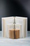 βιβλίο ανοικτό Άσπρα βιβλία στον ξύλινο πίνακα, μαύρο υπόβαθρο πινάκων πίσω σχολείο Επιχειρησιακή έννοια εκπαίδευσης Στοκ Εικόνες