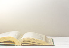 βιβλίο ανοικτό Πίσω στο σχολείο ή τη βιβλιοθήκη διάστημα αντιγράφων Τονισμένη αναδρομική εικόνα Στοκ Φωτογραφία