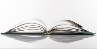 Βιβλίο ανοικτό στο άσπρο υπόβαθρο Στοκ φωτογραφία με δικαίωμα ελεύθερης χρήσης
