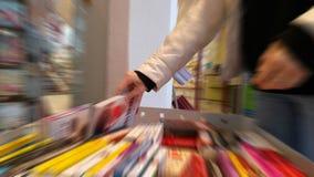 Βιβλίο από ένα ράφι σε ένα βιβλιοπωλείο Στοκ φωτογραφίες με δικαίωμα ελεύθερης χρήσης