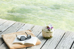 Βιβλίο γυαλιών ηλίου πετσετών longdrink Koh Samui Ταϊλάνδη αποβαθρών Στοκ Φωτογραφία
