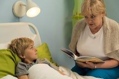 Βιβλίο εγγονών ανάγνωσης γιαγιάδων Στοκ φωτογραφία με δικαίωμα ελεύθερης χρήσης