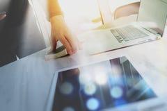 Βιβλίο εκμετάλλευσης χεριών επιχειρηματιών και ψηφιακή ταμπλέτα Χρηματοδότηση μ φωτογραφιών Στοκ Φωτογραφία