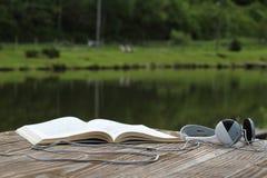 Βιβλίο και ακουστικά έξω Στοκ Εικόνες
