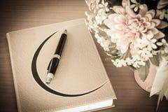Βιβλίο και λουλούδι στο ξύλο - εκλεκτής ποιότητας επίδραση χρώματος ύφους Στοκ Εικόνες