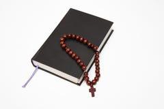 Βιβλίο και rosary Βίβλων στο λευκό Στοκ Φωτογραφία