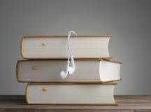 Βιβλίο με τα ακουστικά Στοκ εικόνες με δικαίωμα ελεύθερης χρήσης