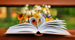 Βιβλίο με τις σελίδες μορφής καρδιών Στοκ Εικόνες