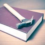 Βιβλίο με το σφυρί Στοκ Φωτογραφίες