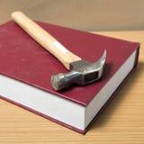 Βιβλίο με το σφυρί Στοκ φωτογραφία με δικαίωμα ελεύθερης χρήσης