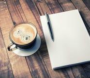 Βιβλίο, μολύβι, φλυτζάνι καφέ Στοκ φωτογραφίες με δικαίωμα ελεύθερης χρήσης