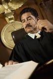 Βιβλίο νόμου ανάγνωσης δικαστών στοκ εικόνα με δικαίωμα ελεύθερης χρήσης