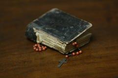 Βιβλίο προσευχής και rosary σταυρός Στοκ Φωτογραφία