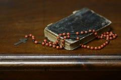Βιβλίο προσευχής και rosary σταυρός Στοκ Εικόνες