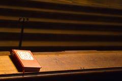 Βιβλίο Religios στο μακρύ πίνακα Στοκ Εικόνες