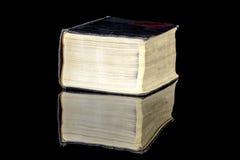 Βιβλίο Weatherd με τις κίτρινες σελίδες Στοκ εικόνες με δικαίωμα ελεύθερης χρήσης