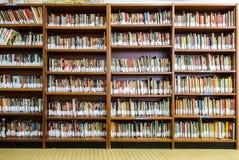 Βιβλιοθήκη με το σύνολο ραφιών βιβλίων του βιβλίου που τακτοποιείται στη διαταγή σχετικά με το rega στοκ φωτογραφία με δικαίωμα ελεύθερης χρήσης