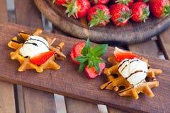 Βιενέζικες βάφλες με τη φράουλα, το παγωτό και τη σοκολάτα Στοκ Φωτογραφία