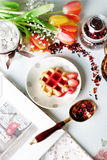 Βιενέζικες γκοφρέτες με το σιρόπι φραουλών Στοκ φωτογραφίες με δικαίωμα ελεύθερης χρήσης