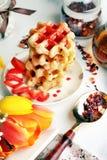 Βιενέζικες γκοφρέτες με το σιρόπι φραουλών Στοκ φωτογραφία με δικαίωμα ελεύθερης χρήσης