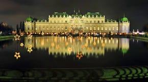 Βιενέζικη νύχτα Χριστουγέννων στο παλάτι πανοραμικών πυργίσκων Στοκ εικόνα με δικαίωμα ελεύθερης χρήσης