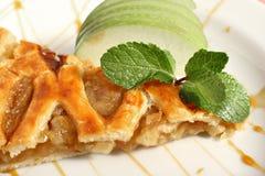 Βιενέζικο strudel της Apple με το παγωτό βανίλιας και μέντα σε ένα πιάτο Στοκ Φωτογραφίες