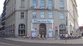ΒΙΕΝΝΗ, ΑΥΣΤΡΙΑΣ - 24 ΔΕΚΕΜΒΡΙΟΥ, 2016 Σταθμός ενοικίου ποδηλάτων γραφείων και πόλεων Allianz Στοκ εικόνα με δικαίωμα ελεύθερης χρήσης