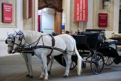 ΒΙΕΝΝΗ, ΑΥΣΤΡΙΑ - 29 Απριλίου 2017: Διάσημη άλογο-οδηγημένη μεταφορά στο παλάτι Hofburg στη Βιέννη Ήταν τα Habsbourg στοκ εικόνες