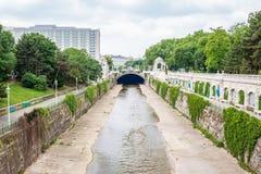 ΒΙΕΝΝΗ, ΑΥΣΤΡΙΑ - 18 ΜΑΐΟΥ 2018: Άποψη του ποταμού Wien κοντά σε Stadtpark και του ξενοδοχείου διηπειρωτικού στη Βιέννη Στοκ εικόνες με δικαίωμα ελεύθερης χρήσης
