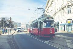 ΒΙΕΝΝΗ, ΑΥΣΤΡΙΑ - 10 ΜΑΡΤΊΟΥ 2018: Παλαιό κόκκινο τραμ στις οδούς Στοκ Εικόνα