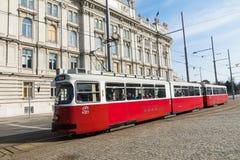 ΒΙΕΝΝΗ, ΑΥΣΤΡΙΑ - 10 ΜΑΡΤΊΟΥ 2018: Παλαιό κόκκινο τραμ στις οδούς Στοκ Φωτογραφία