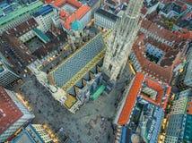 ΒΙΕΝΝΗ, ΑΥΣΤΡΙΑ - 8 ΟΚΤΩΒΡΊΟΥ 2016: Καθεδρικός ναός του ST Stephen ` s στη Βιέννη, Αυστρία Στέγη και εικονική παράσταση πόλης στο Στοκ φωτογραφίες με δικαίωμα ελεύθερης χρήσης