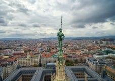 ΒΙΕΝΝΗ, ΑΥΣΤΡΙΑ - 10 ΟΚΤΩΒΡΊΟΥ 2016: Στέγη Rathaus με το άγαλμα Αυστρία Βιέννη Εικονική παράσταση πόλης της Βιέννης στο υπόβαθρο Στοκ Εικόνες