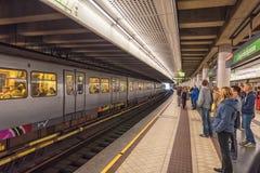 ΒΙΕΝΝΗ, ΑΥΣΤΡΙΑ - 10 ΟΚΤΩΒΡΊΟΥ 2016: Σταθμός τρένου Langenfeldgasse με τους ανθρώπους στη Βιέννη, Αυστρία Στοκ φωτογραφίες με δικαίωμα ελεύθερης χρήσης