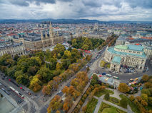 ΒΙΕΝΝΗ, ΑΥΣΤΡΙΑ - 10 ΟΚΤΩΒΡΊΟΥ 2016: Rathaus, πάρκο, Burgtheater, αυτοκρατορικό θέατρο δικαστηρίου Βιέννη τα περισσότερα δημοφιλή Στοκ εικόνα με δικαίωμα ελεύθερης χρήσης
