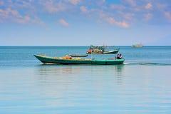 Βιετναμέζικα αλιευτικά σκάφη στην ήρεμη θάλασσα μέχρι τον ορίζοντα Στοκ φωτογραφία με δικαίωμα ελεύθερης χρήσης
