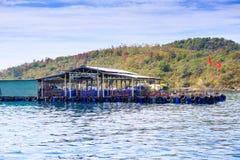 Βιετναμέζικα εμβλήματα Moorage τουριστών από τον πράσινο ουρανό σύννεφων ακτών Στοκ φωτογραφία με δικαίωμα ελεύθερης χρήσης