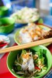 Βιετναμέζικα κυλημένα νουντλς κέικ και ρυζιού με το ψημένο στη σχάρα κρέας (BaÌ  NH cuoÌ 'Ì  ν και Thit nuoÌ  NG) Στοκ εικόνες με δικαίωμα ελεύθερης χρήσης