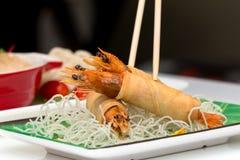 Βιετναμέζικα τριζάτα τηγανισμένα νουντλς με τα διάφορα τρόφιμα ως υπόβαθρο στοκ εικόνα με δικαίωμα ελεύθερης χρήσης